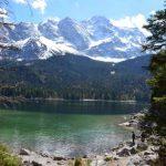 Eibsee mit Bergmassiv und Wald