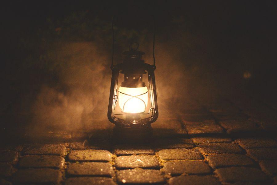 Petroleumlampe auf Steinboden